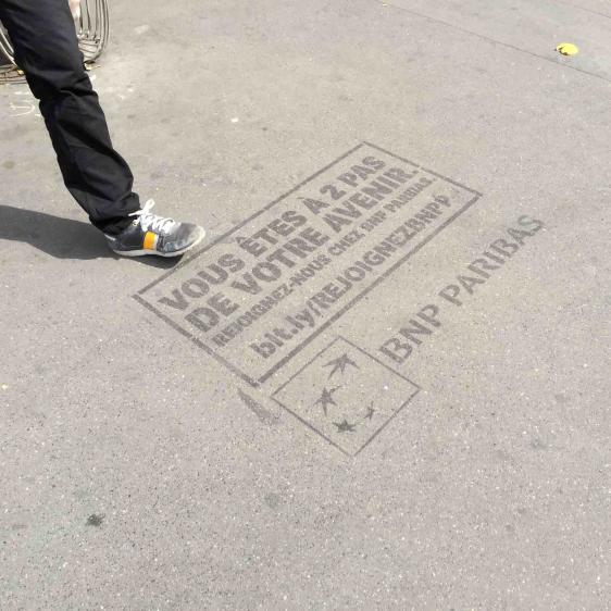clean-tag publicitaire au sol.